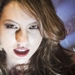 Izabela Parra lança primeiro clipe da carreira