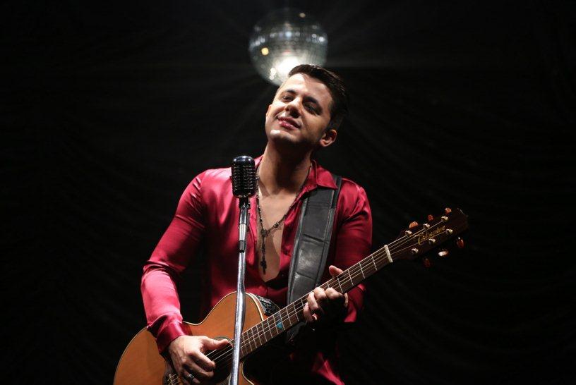 "Cristiano Araújo canta ""Caso Indefinido"" em videoclipe"