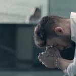 """""""Mozão"""" – Lucas Lucco faz campanha de prevenção ao câncer de mama em novo clipe"""