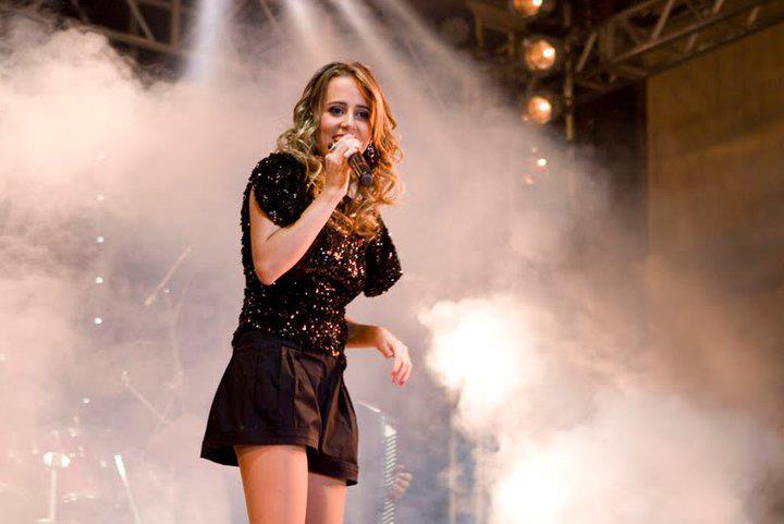 """Mariah Queiroz canta com Eduardo Costa. Ouçam """"Ponto Final""""."""