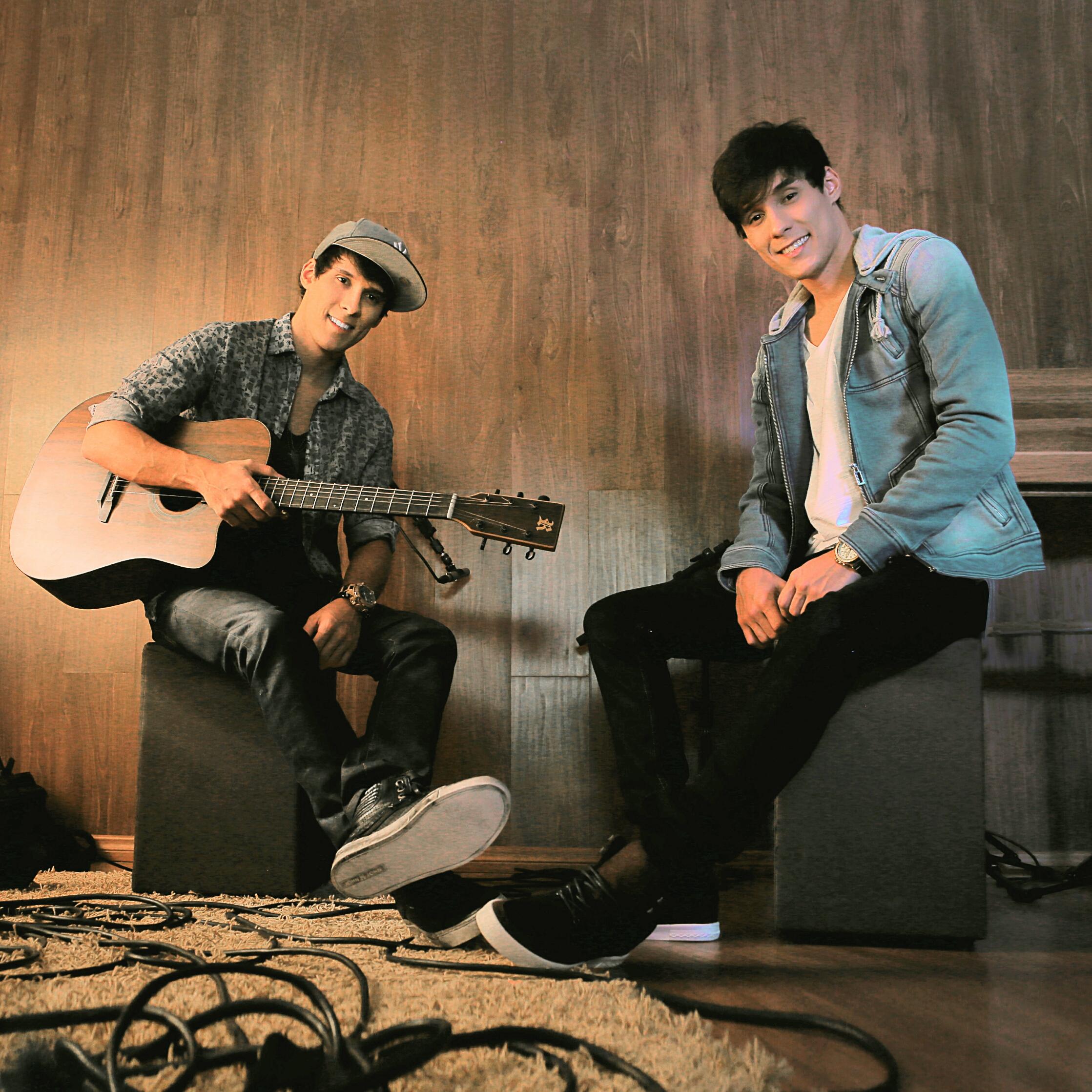 Victor Freitas & Felipe lançam projeto Mash Up mesclando músicas próprias a hits internacionais.