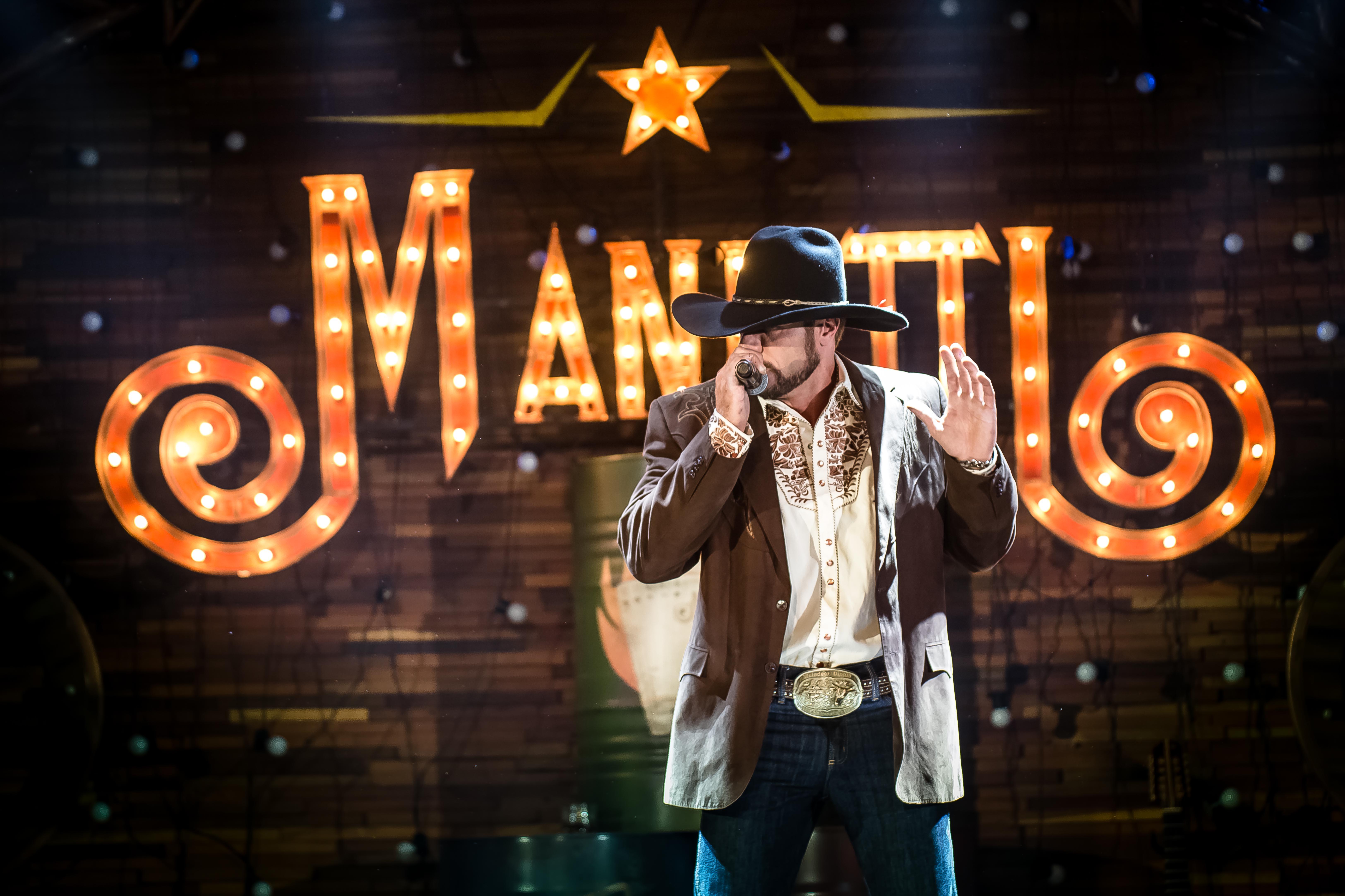 """Manutti lança """"All in – Ao Vivo em Campo Grande"""", seu primeiro DVD. Ouça na íntegra"""