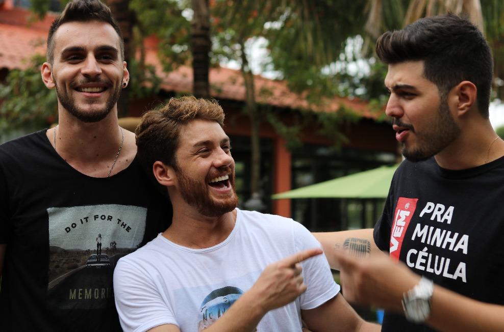 """Victor & Diogo lançam """"Moletom Vermelho"""": projeto irá ajudar os refugiados"""