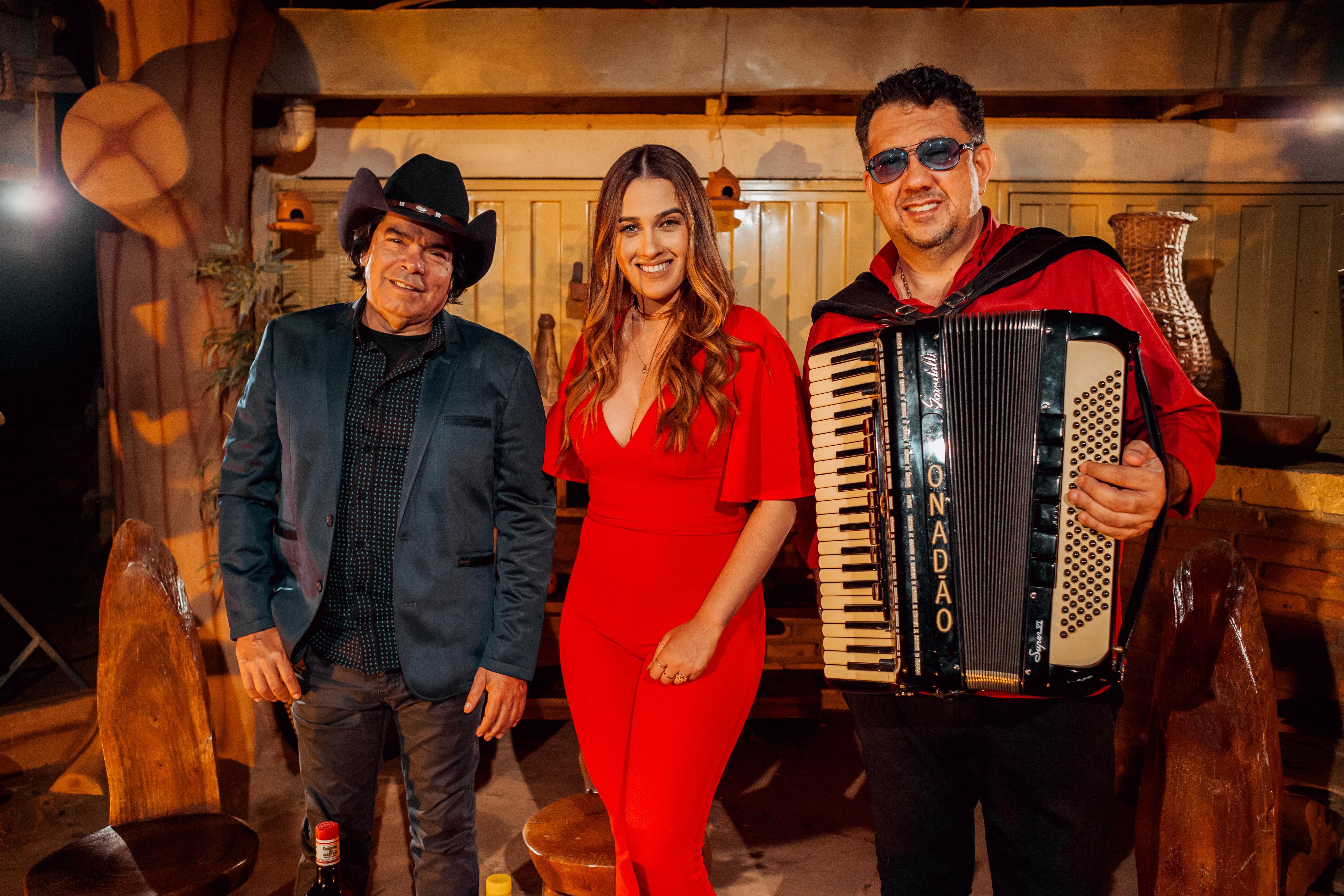 Janaynna canta com Trio Parada Dura