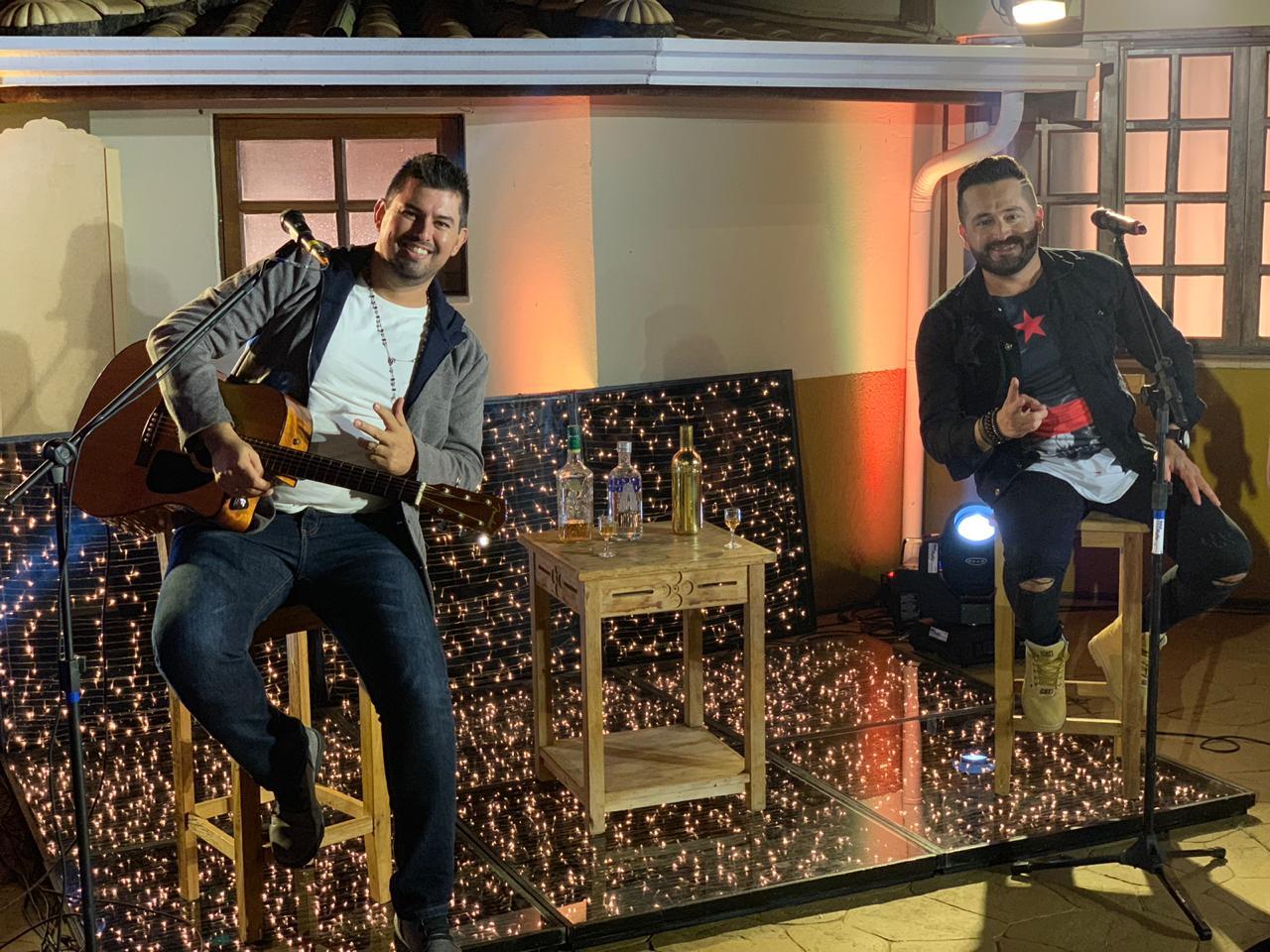 """Roger & Gabriel lançam a música """"Volto pra mesa do bar"""""""