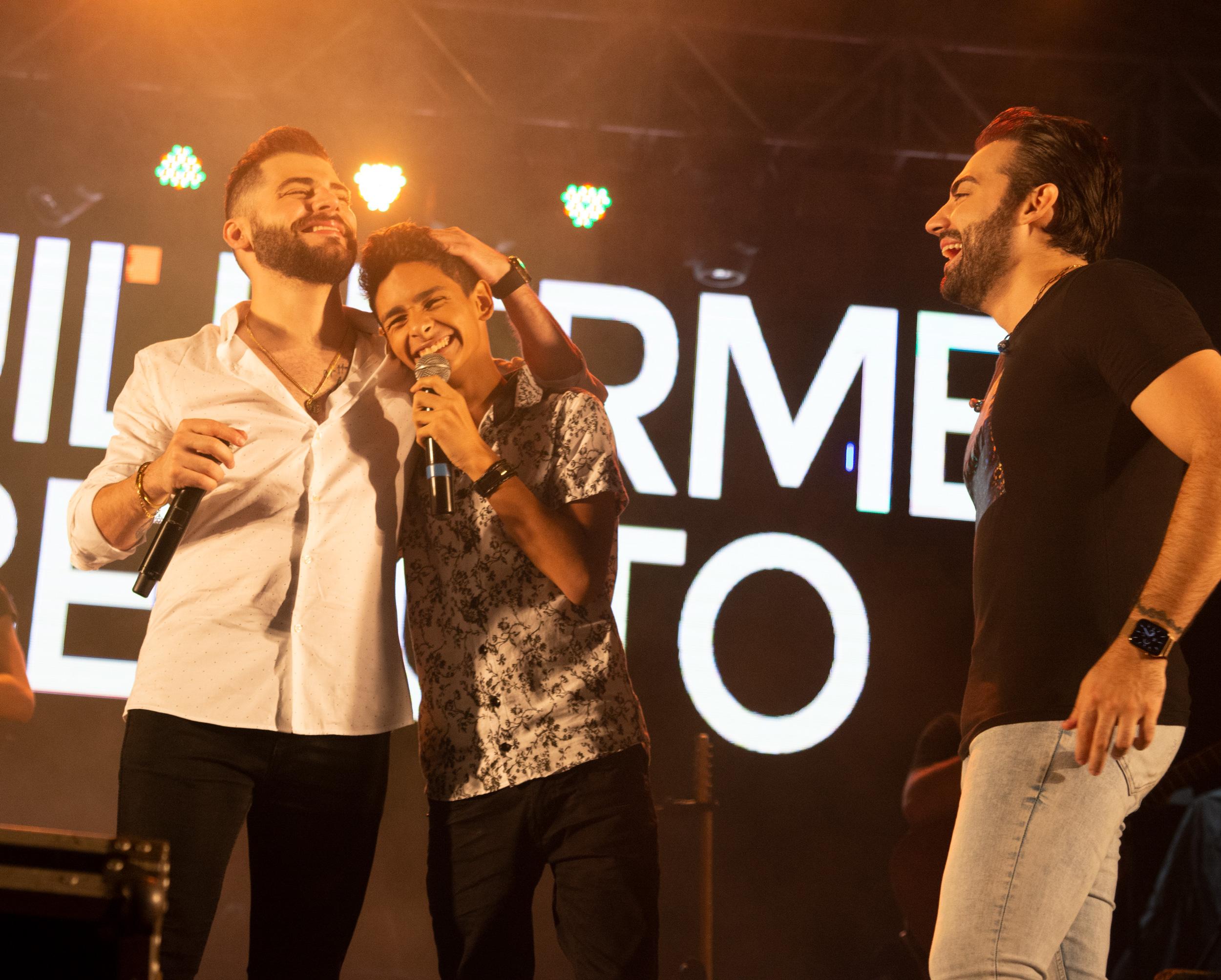 Guilherme e Benuto presenteiam fã durante show em Goiânia