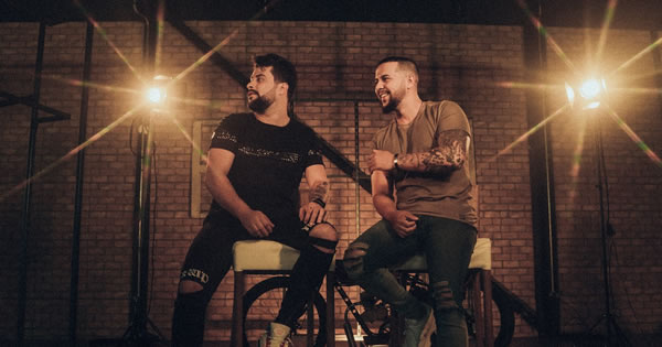 João Alyson e Adriano lançam a música 'Live In Cama', com clipe