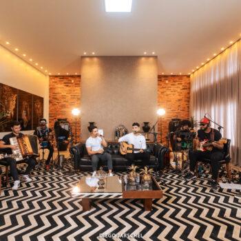 Alex e Willian lançam DVD 'Acústico Em Casa' com faixas inéditas.